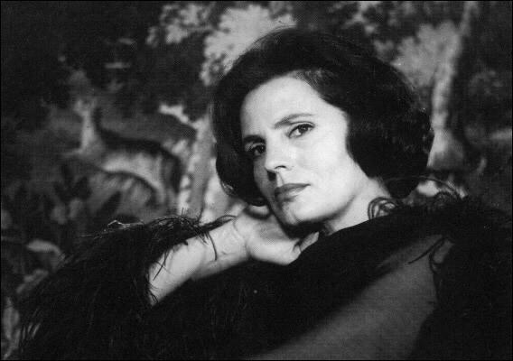 Surnommée la « Reine du fado », cette chanteuse a été une grande ambassadrice culturelle du Portugal : il s'agit d' ... Rodrigues.