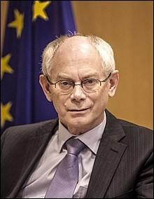 Premier ministre de 2008 à 2009. Son frère Eric et sa soeur Tine sont également dans la politique. Il a été le premier président permanent du Conseil européen, réélu par les 27 chefs d'État de l'Union européenne en 2012. Qui a été président du Sommet de la zone euro ?