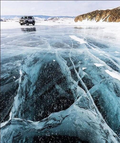 Les eaux du lac Baïkal renferment ... % de l'eau douce mondiale et leur limpidité permet de voir jusqu'à .. m de profondeur ! Saurez-vous retrouver les données manquantes ?