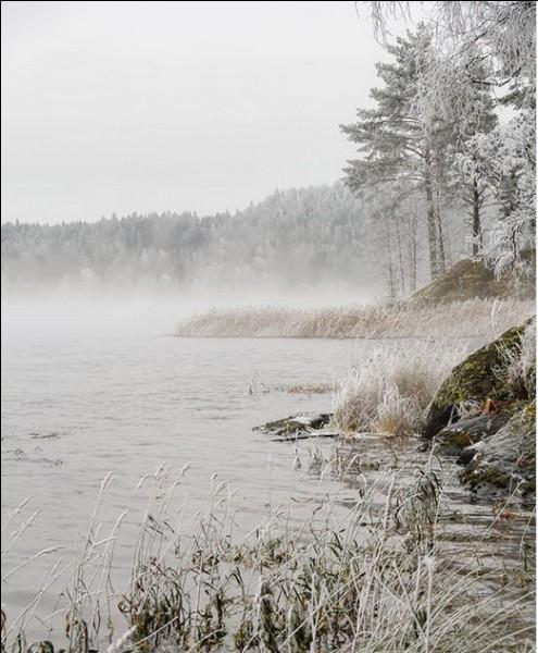 Ce lac est réputé pour être le plus vaste d'Europe. Mais qu'y trouve-t-on, spécifiquement ? Et quel est son nom ?