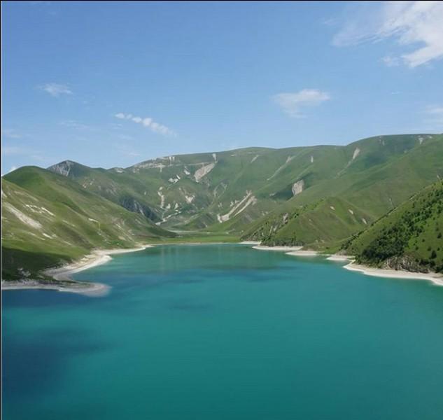 """Entre Daghestan et Tchétchénie, le Kezenoïam est un """"petit"""" lac de 2 km2. Que veut dire son nom et quel est sa particularité ?"""