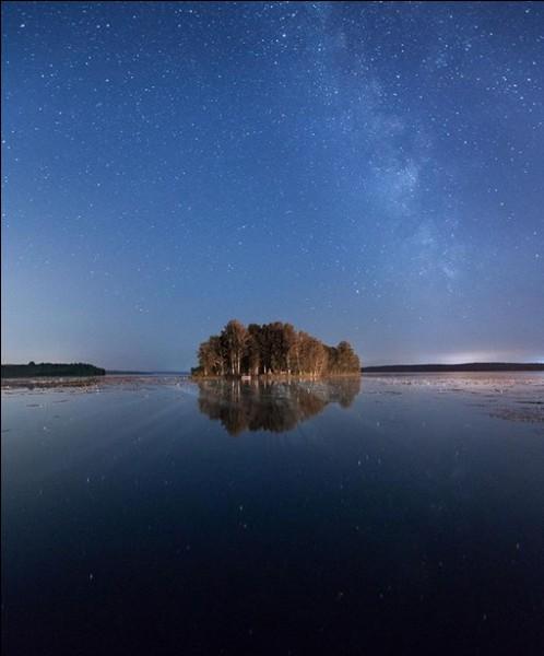 Le lac Ouvildy est le plus grand de la région de Tchéliabinsk, où une comète de 10 000 t s'est désintégrée en 2013. Dans quel massif montagneux ?