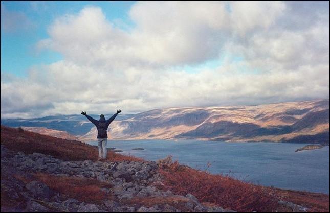 """Ce lac """"de poche"""" (8 km sur 2) se trouve dans la région de Mourmansk, c'est-à-dire dans ... (Compétez !)"""