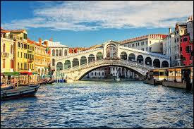 Comment s'appelle ce pont qui traverse le Grand Canal de Venise ?
