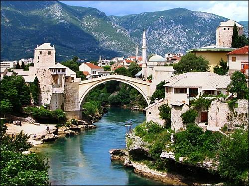"""Où devez-vous vous rendre pour traverser le Stari Most, plus souvent appelé """"pont de Mostar"""" ?"""