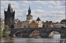 Quelle capitale européenne abrite le pont Charles ?
