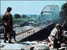 """Quelle opération militaire est racontée dans le film de Richard Attenborough """"Un pont trop loin"""" ?"""