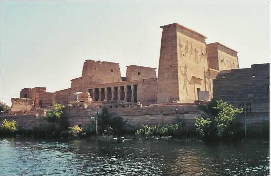 Nous sommes à présent remontés par le canal de Suez : notre voyage se termine en... Egypte ! Nous nous rendons sur l'île de Philae, où nous découvrons ce temple antique. Sa construction fut assurée par quatre pharaons successifs. Les Romains le fermèrent définitivement en 530. Avant cette date, il était le dernier lieu de culte de la divinité qui lui était associée. Il s'agit du...