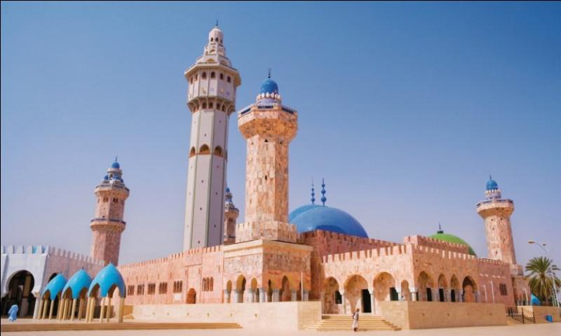 Nous poursuivons en longeant la côte ouest du continent pour faire escale... au Sénégal ! Je vous propose de découvrir l'une des plus grandes mosquées d'Afrique ! Fini en 1963, ce bâtiment possède 5 immenses minarets. Et le Coran y est lu... 33 fois par jour ! Il s'agit de la...