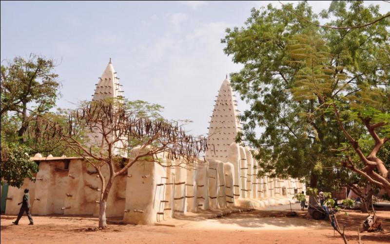 Descendons encore, et remontons la Volta noire, jusqu'au... Burkina Faso ! Nous nous rendons à nouveau dans une mosquée, mais celle-ci est bien différente... Construite en 1880, elle est le fruit d'une impressionnante architecture de terre crue (banco) hérissée de pics en bois (cette architecture est commune dans la région). Il s'agit de la...