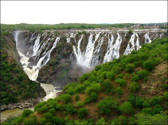 Notre bateau s'est arrêté toujours plus bas, en Namibie. Ces chutes sont très impressionnantes : elles sont deux fois plus hautes que celles du Niagara ou de l'Iguazú. Elles mesurent 120 mètres de haut pour 700 mètres de large, ce qui en fait l'une des plus grandes chutes d'eau d'Afrique ! Il s'agit des...