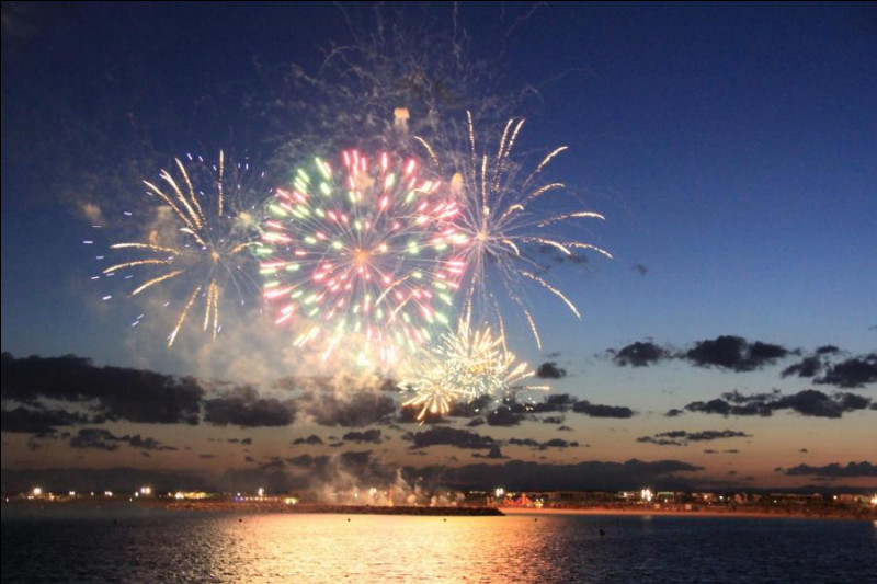 Merveilleux feu d'artifice sur la mer pour fêter la saint-Sylvestre, nous sommes à Six-Fours les-Plages, dans le département :