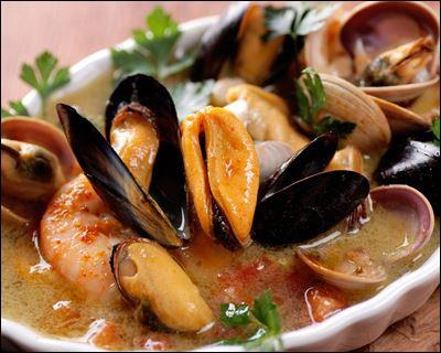 Ou ce plat unique et généreusement servi avec des croûtons et une sauce rouille, des moules et gambas, les poissons sont présentés décortiqués, directement dans leur soupe :