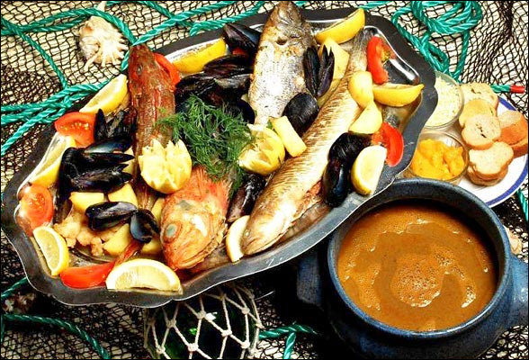 Vous pourrez aussi y savourer un plat typique de la Méditerranée, beaucoup plus cher mais incontournable, servi avec sa rouille et ses croûtons aillés, le fromage râpé et sa soupe, on découpera la rascasse, le congre, le Saint-Pierre, la vive devant vous :