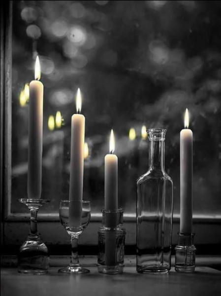 """Dans le judaïsme, combien le chandelier nommé """"hanoukkia"""" a-t-il de branches ?"""