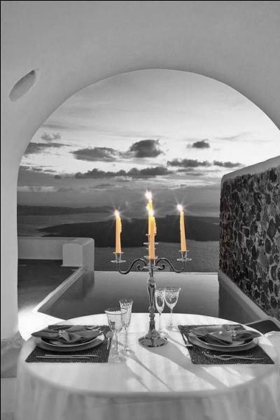 Le dîner aux chandelles est de circonstance pour la Saint-Valentin ! Au lieu de rester seul par ce soir de fête, invitez-vous donc à la table de votre couple d'amis :
