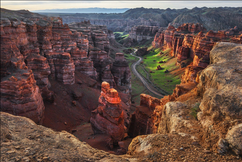 Dans quel pays situez vous le canyon de Charyn, impressionnante formation géologique que vous pouvez voir sur cette photo ?