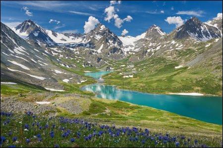 Quelle est cette chaîne de montagnes partagée entre la Russie, la Mongolie, le Kazakhstan et la Chine qui culmine à 4 506 mètres au mont Belukha, en Russie ?