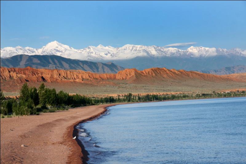 Quel est ce lac d'altitude kirghize qui constitue également un important lieu de villégiature dans ce pays ?