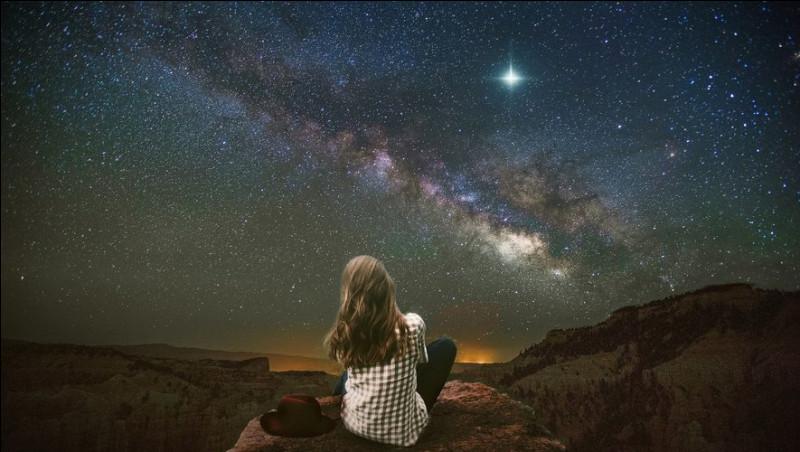 Dans la chanson de Francis Cabrel, de qui parlent les étoiles entre elles?
