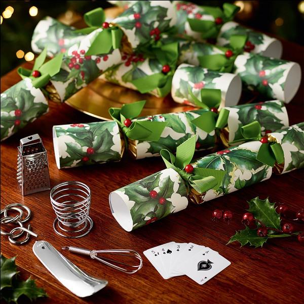En Angleterre, comment s'appellent les papillotes qui cachent un cadeau et explosent quand elles sont tirées de chaque côté ?