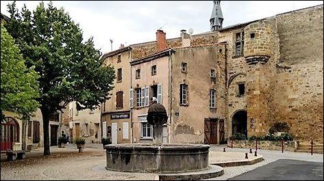 Ce bourg de 5 000 habitants du département du Puy-de-Dôme, bordé par l'Allier et dont la porte d'entrée fortifiée du château des comtes d'Auvergne témoigne du passé, c'est ...