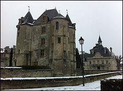 Cette commune de 1600 habitants, située dans le département de l'Aisne entre Compiègne et Soissons, dont le donjon transformé au XVIIe siècle domine la place du village, c'est ...