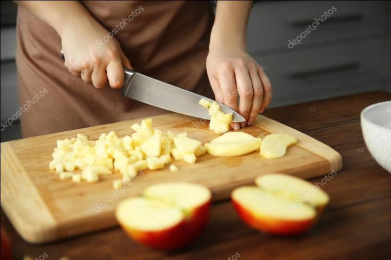 Observe bien la photo.Complétez : Il faut ........ les pommes en dés.