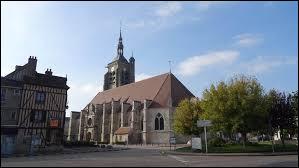 Nous terminons cette balade avec une vue de l'église Saint-Pierre-et-Saint-Paul de Villenauxe-la-Grande. Ville Auboise, elle se situe en région ...