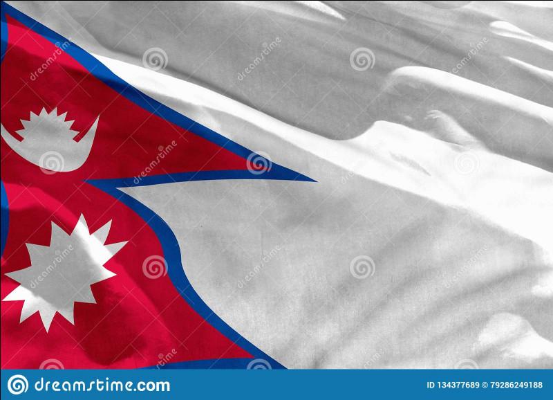 Lequel de ces deux pays n'a pas de drapeau rectangulaire ?