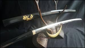 Quelle dénomination décrit l'ensemble des armes blanches fabriquées selon une technique japonaise particulière ?