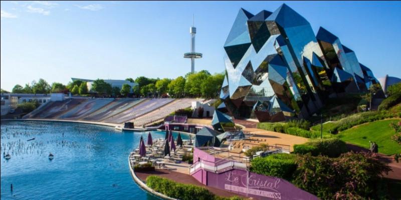 Dans quel département est situé le Futuroscope, à l'architecture atypique qui sans doute symbolise l'avenir ?