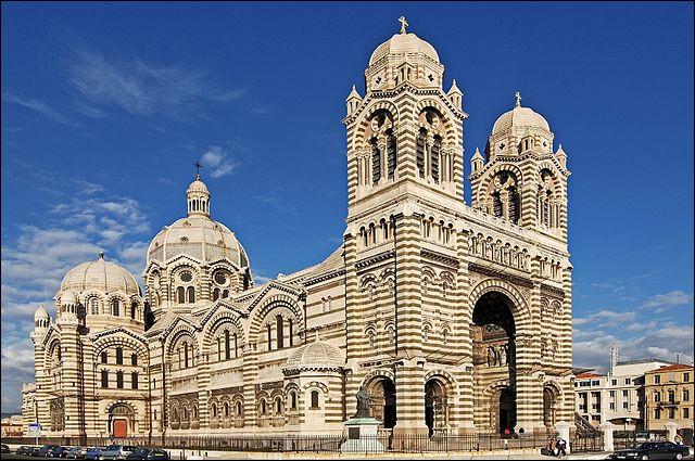 La cathédrale Sainte-Marie-Majeure (en photo), bâtie dans un style byzantin, est située près du Vieux-Port de Marseille.Comment est-elle appelée par les Marseillais ?
