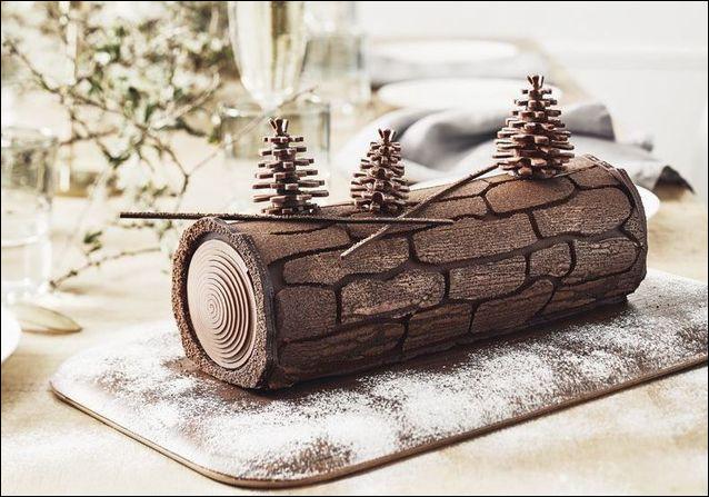 Sur cette photo, on peut voir une bûche de Noël au chocolat.