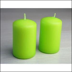 Sur cette photo, on peut voir 2 bougies vertes.