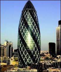 Le Gherkin «cornichon» est une tour construite en 2004 dans la City de Londres. Ses murs en verre ont nécessité des essais en soufflerie. Quel en est l'architecte ?