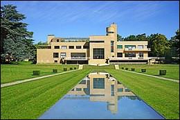 La villa Cavrois est en quelque sorte un château contemporain avec ses 1840 m² habitable.Elle est construite sous les règles hygiénistes en vogue dans les année 30. Quel est l'architecte ?