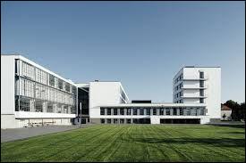 Cette école d'art allemande créée en 1919 va influencer les arts plastiques et l'architecture durant de nombreuses années. Quel est son nom ?