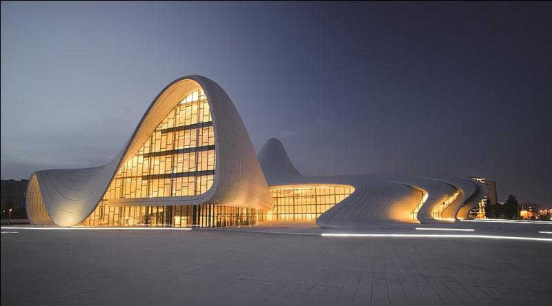 Voici la réalisation d'un centre culturel à Bakou d'une femme architecte, peu nombreuses dans la profession. Quelle est sa conceptrice ?