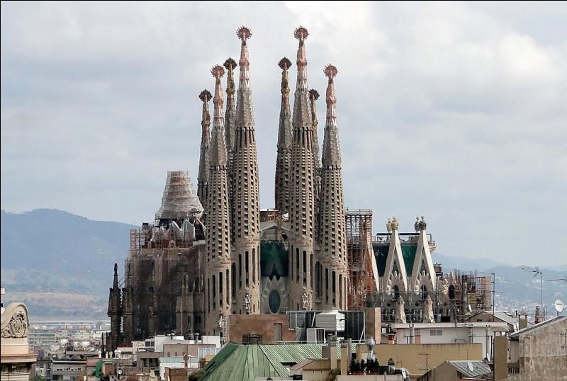 Dans quelle ville se situe cette cathédrale considérée comme la plus grande du monde, démarrée en 1917 et qui doit s'achever en 2025 ?