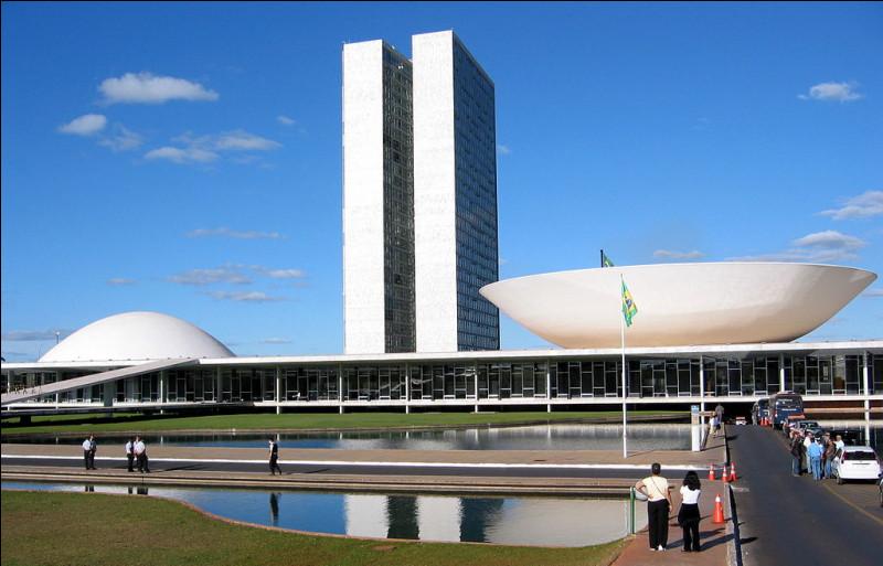 Voici l'un des principaux bâtiment de cette ville qui renferme le parlement. Quel en est l'architecte ?