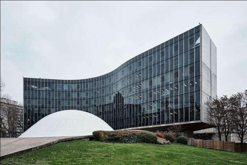 Cet architecte a conçu à Paris un bâtiment qui symbolise le ventre d'une femme enceinte et un drapeau qui flotte au vent. De quel bâtiment s'agit-il ?
