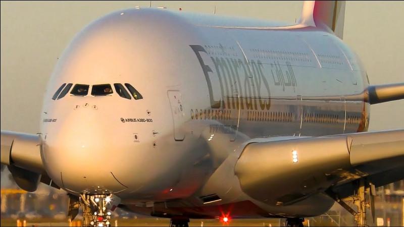 Cet avion est gigantesque et il peut accueillir jusqu'à 853 passagers dans une configuration en classe économique. Il offre jusqu'à 40% d'espace de cabine de plus par rapport au Boeing 747-8.Quel est le plus grand avion de transport de passagers au monde ?