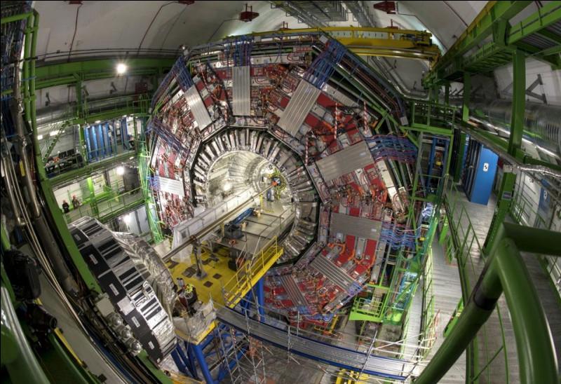 Cela a pris près de 10 ans et 10 000 scientifiques de plus de 100 pays pour le construire pour l'Organisation européenne de la recherche nucléaire, à Genève. C'est un anneau de 27 km de circonférence, formé de milliers d'aimants supraconducteurs et doté de structures accélératrices pour accroître l'énergie des particules.Trouvez cet accélérateur, le plus gros et le plus puissant.