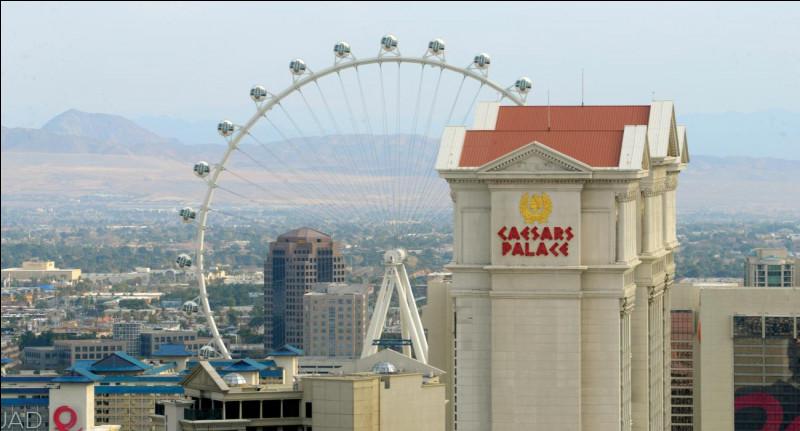 """Il s'agit d'une des plus grandes de son genre au monde. Ses cabines d'observation, pouvant accueillir jusqu'à 40 personnes chacune, montent à 167,6 mètres. Quel est le nom de cette structure qui est située au centre du Strip, offrant une vue à 360 degrés sur la vallée de la """"capitale du jeu"""" ?"""
