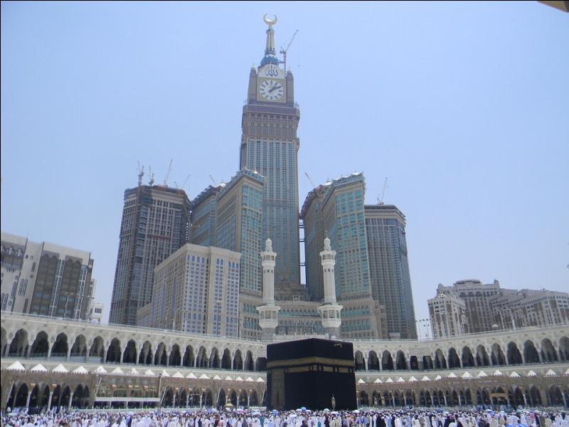 Elle s'élève à une hauteur de 601 mètres et se trouve à environ 50 mètres de la Kaaba, le site le plus sacré de l'islam. Une spectaculaire plateforme d'observation a été aménagée à 558 mètres du sol et un superbe musée inspire les visiteurs à 400 mètres de hauteur.Quelle est cette tour avec son horloge, la plus haute du monde ?