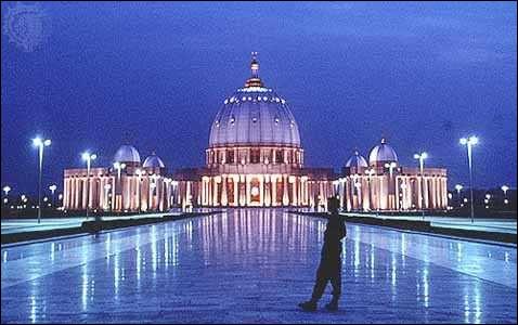 Elle peut réunir 18 000 personnes en son sein et 300 000 personnes sur l'esplanade. Le coût de sa construction est estimé à 300 millions $ US. Comme vous l'avez sans doute constaté, son architecture est inspirée de la basilique Saint-Pierre de Rome.Comment nommez-vous la plus grande église du monde ?