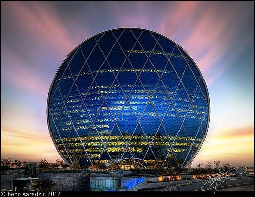 Ici on est dans l'inédit : il s'agit d'une tour complètement circulaire, à l'apparence d'une pièce de monnaie.Quel est ce gratte-ciel qui, avec ses 110 mètres de haut, représente la deuxième tour circulaire la plus grande de la planète ?