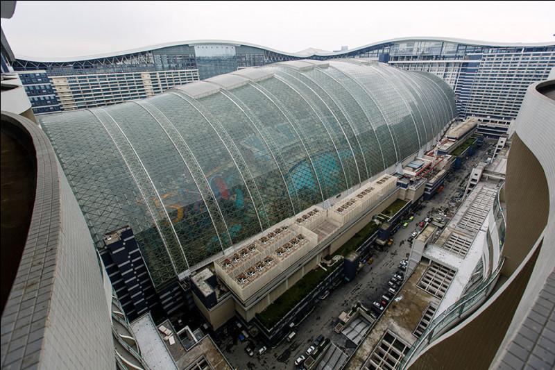 On y trouve deux hôtels 5 étoiles, un des plus grands centres commerciaux de Chine, une patinoire et même à l'inverse, une plage intérieure où il est possible de bronzer grâce à un soleil artificiel.Trouvez le nom du plus vaste bâtiment du monde, qu'on trouve à Chengdu en Chine, et qui est avec ses 1,7 million de mètres carrés presque aussi grand que la principauté de Monaco.