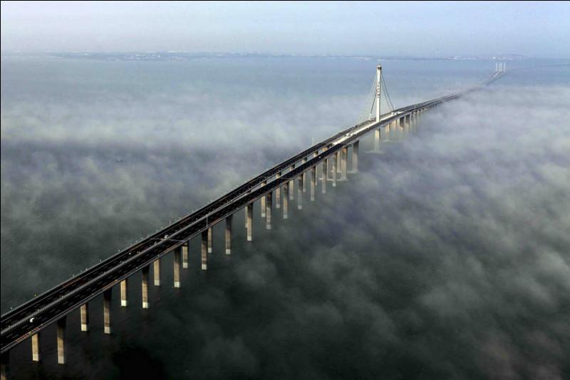 Le plus long viaduc ferroviaire du monde se situe sur la ligne à grande vitesse (LGV), entre Beijing et Shanghai, les 2 plus grandes zones économiques du pays. Son coût de construction est estimé à 8,5 milliards de $US et a employé 10 000 personnes pendant 4 ans. C'est une œuvre titanesque.Quel est cet extraordinaire pont, s'étendant sur 164 km, ce qui en fait le plus long du monde ?